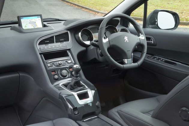 Interior Peugeot 5008 facelift 2014