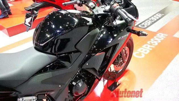Honda CBR300R hitam