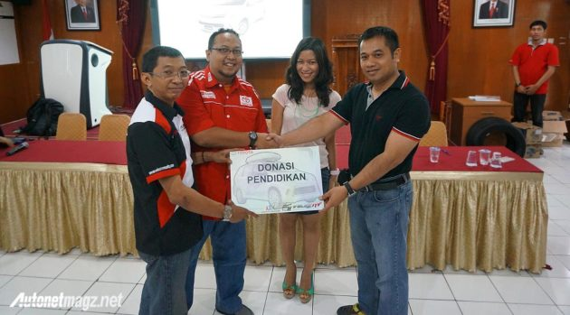 Komunitas pemilik Avanza Veloz memberikan donasi pendidikan pada acara Safety Driving