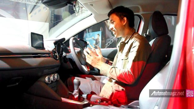 Posisi duduk di jok kabin Mazda 2 SkyActiv 2015