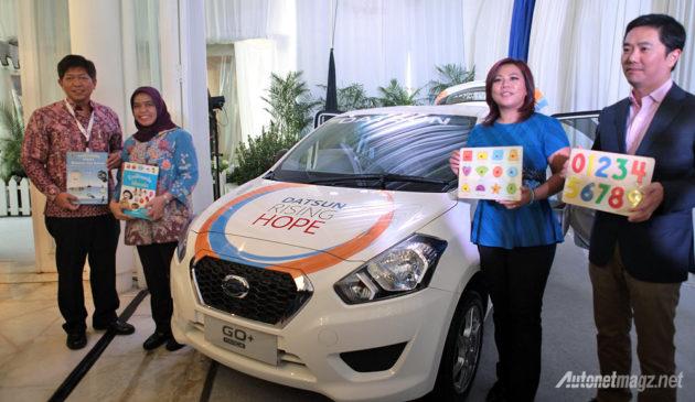Indriani Hadiwidjaja dan Izumi Shinkichi dari Datsun Indonesia menyerahkan Datsun GO+Panca kepada Komunitas 1001 Buku