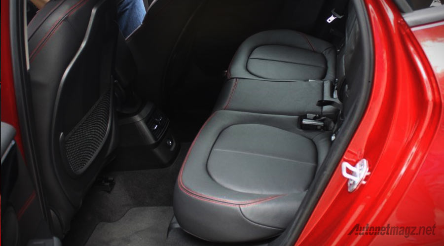 legroom-kabin-belakang-BMW-218i-Active-Tourer