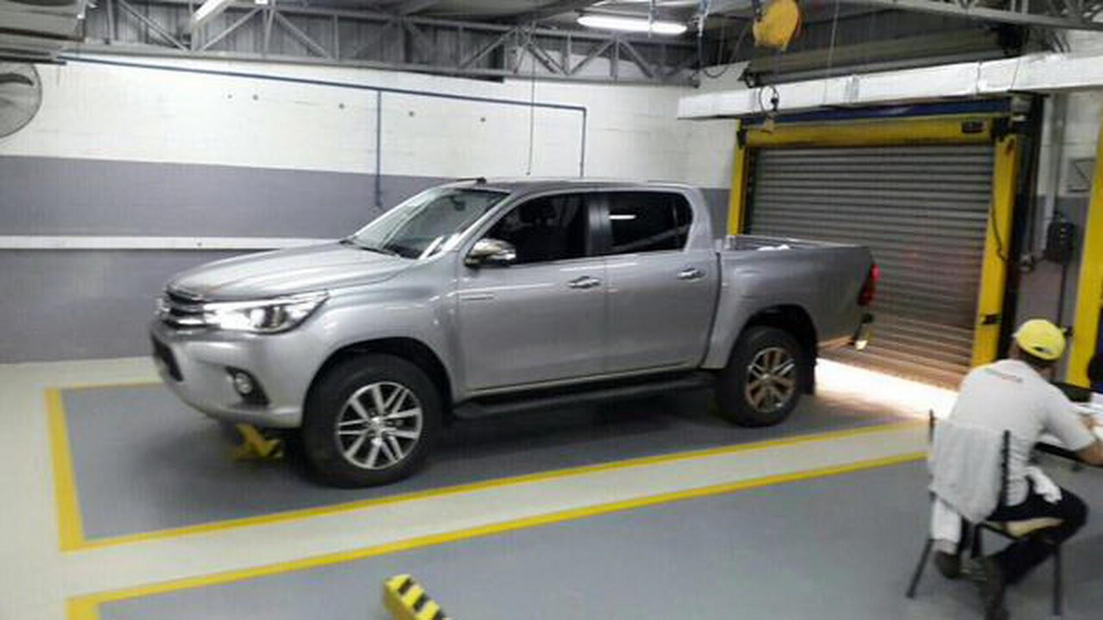 Toyota Hilux baru spy shot