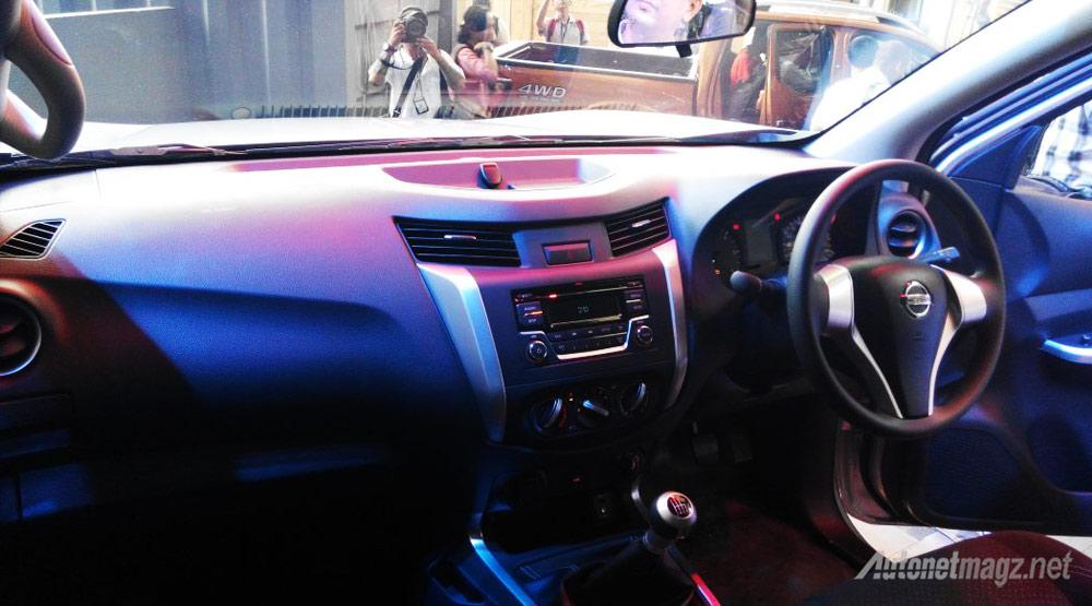 interior-Nissan-Navara-NP300-SL