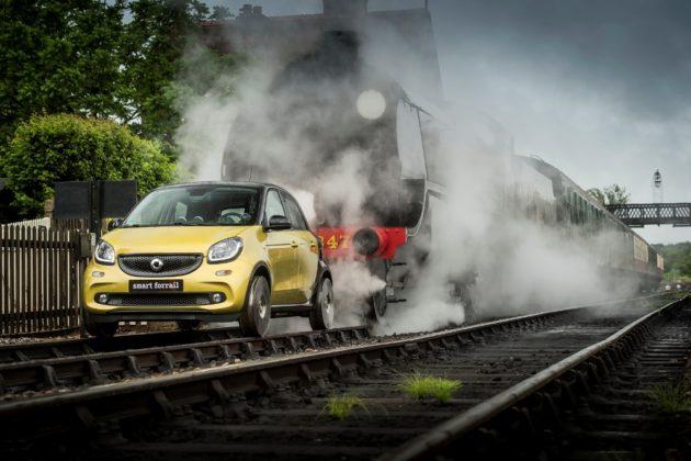 modifikasi-mobil-smart-forfour-berjalan-di-atas-rel-lokomotif-forrail