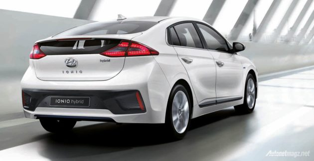 Mobil hybrid Hyundai Ioniq tampak belakang rear