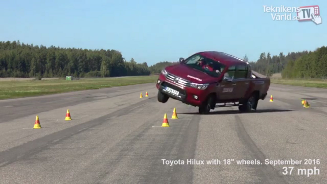 toyota-hilux-2016-moose-test