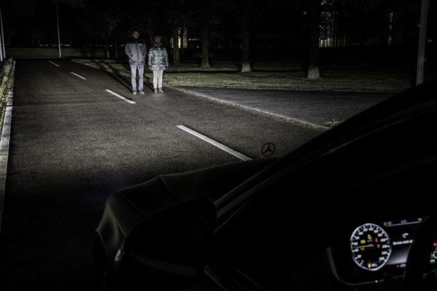 DIGITAL LIGHT: Die neue HD-Beamer-Technologie von Mercedes-Benz erkennt über die Sensoren im Fahrzeug andere Verkehrsteilnehmer und kann die Lichtverteilung optimal an die Umgebung anpassen. Dabei können die Köpfe der entgegenkommenden Verkehrsteilnehmer vom Lichtstrahl ausgespart werden, um so zuverlässig deren Blendung zu vermeiden. ; DIGITAL LIGHT: The new HD projector technology from Mercedes-Benz uses sensors on the vehicle to identify other road users and ideally adapt the light distribution to the environment. In this process, the heads of oncoming road users can be shielded from the light beam to reliably prevent dazzling them.;