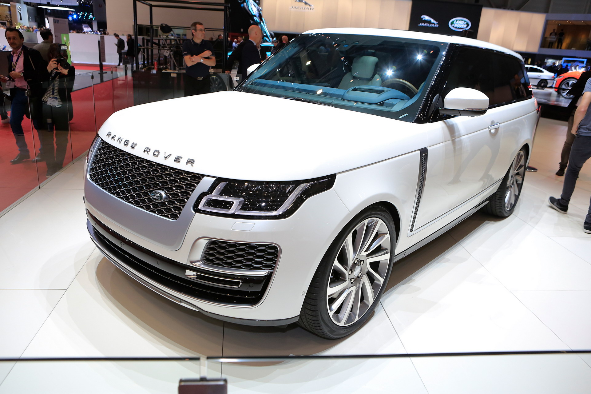 ingin coupe berwujud suv silahkan pinang range rover sv coupe autonetmagz. Black Bedroom Furniture Sets. Home Design Ideas